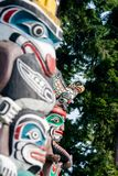Urbefolkning totempåle som föreställer unik kultur av de första nationerna royaltyfria bilder