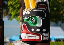 Urbefolkning totempåle som föreställer unik kultur av de första nationerna fotografering för bildbyråer