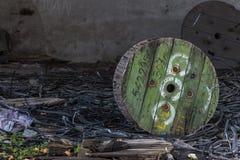Urbex De verlaten industriële bouw met kabelspoelen royalty-vrije stock afbeeldingen