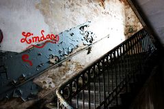 Urbex - escadaria de uma construção abandonada foto de stock
