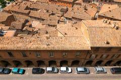 Urbino, Italia - 9 agosto 2017: la vecchia città tetti delle case sotto le mattonelle rosse Vista da sopra Immagine Stock Libera da Diritti