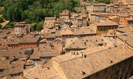 Urbino, Italia - 9 agosto 2017: la vecchia città tetti delle case sotto le mattonelle rosse Vista da sopra Immagine Stock