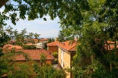 Urbino, Italia - 9 agosto 2017: la vecchia città tetti delle case sotto le mattonelle rosse Vista da sopra Immagini Stock Libere da Diritti