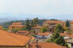 Urbino, Italia - 9 agosto 2017: la vecchia città tetti delle case sotto le mattonelle rosse Vista da sopra Fotografia Stock