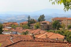 Urbino, Italia - 9 agosto 2017: la vecchia città tetti delle case sotto le mattonelle rosse Vista da sopra Immagini Stock