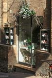 Urbino, Italia - 9 de agosto de 2017: diseño del grupo de la entrada a una pequeña tienda de regalos Foto de archivo