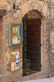 Urbino, Italia - 9 de agosto de 2017: diseño del grupo de la entrada a una pequeña tienda de regalos Imagenes de archivo