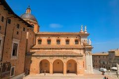 Urbino, Italie - 9 août 2017 : La cathédrale Piazza Duca Federico Sculpture et statue dans l'architecture photographie stock libre de droits