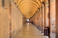 Urbino, Italie - 9 août 2017 : Zone piétonnière près du bâtiment sous une voûte avec des colonnes photos libres de droits