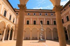 Urbino Italien - Augusti 9, 2017: Slotten av hertigarna av Urbin Arkivfoton
