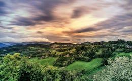 Urbino wzgórzy krajobraz przy zmierzchem cloudscape Zdjęcia Royalty Free