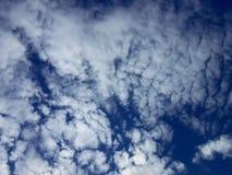 Urdålig räkning för molnig himmel arkivbild