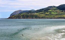 Urdaibai与山、天空蔚蓝和白色云彩的生物圈储备看法在巴斯克地区 冲浪者等待最好 免版税库存照片