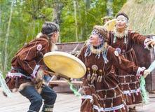 Ureinwohner von Kamchatka-Tanzen auf Alhalalay lizenzfreies stockfoto