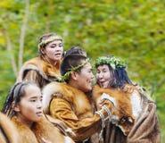 Ureinwohner von Kamchatka-Tanzen auf Fest stockfotos
