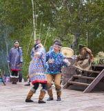 Ureinwohner von Kamchatka-Tanzen auf Tanzmarathon lizenzfreie stockfotografie