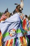 Ureinwohnerfrau, die ihr Kostüm am Minneapolis-KRIEGSGEFANGEN-FAHRWERK AM BODEN anzeigt lizenzfreie stockfotos
