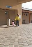 Ureinwohnerfrau u. -tochter am Gesundheitszentrum Lizenzfreies Stockfoto
