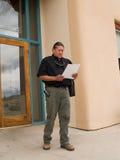 Ureinwohnermann, der auf Papiere flüchtig blickt Lizenzfreies Stockbild