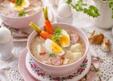 Urek de la soupe le Å aigre», soupe polonaise à Pâques en plus de saucisse, oeuf dur et légumes dans une cuvette en céramique images libres de droits
