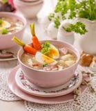 Urek de la soupe le Å aigre», soupe polonaise à Pâques en plus de saucisse, oeuf dur et légumes dans une cuvette en céramique photos stock