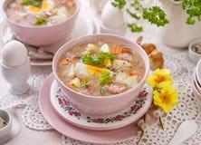 Urek de la soupe le Å aigre», soupe polonaise à Pâques en plus de saucisse, oeuf dur et légumes dans une cuvette en céramique photo libre de droits