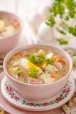 Urek de la soupe le Å aigre», soupe polonaise à Pâques en plus de saucisse, oeuf dur et légumes dans une cuvette en céramique image libre de droits