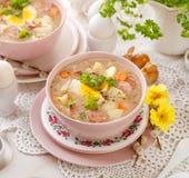Urek de la soupe le Å aigre», soupe polonaise à Pâques en plus de saucisse, oeuf dur et légumes dans une cuvette en céramique photographie stock libre de droits
