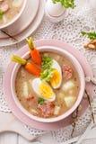 Urek de la soupe le Å aigre», soupe polonaise à Pâques en plus de saucisse, oeuf dur et légumes dans une cuvette en céramique photographie stock