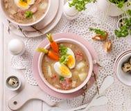 Urek della minestra il Å acido», minestra polacca di Pasqua con l'aggiunta della salsiccia, uovo sodo e verdure in una ciotola ce fotografie stock