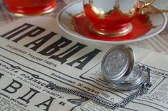 Uren en de krant Stock Foto