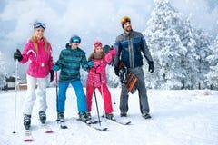 Uren en landschap familie die pret op verse sneeuw op vakantie hebben Stock Fotografie