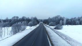 Uren en landschap Sneeuw bos, luchtschot E stock footage