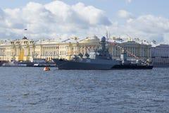 ` Urengoy ` корабля Анти--подводной лодки на предпосылке здания Конституционного Суда России День ВОЕННО-МОРСКОГО Флотаа в Санкт- стоковое фото