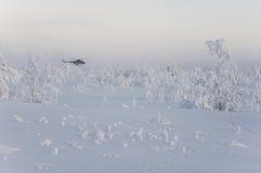 Urengoy novo, YaNAO, ao norte de Rússia Avia do helicóptero UTair e do Konvers no aeroporto local no serviço Edite 6 de janeiro d fotos de stock