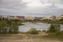 Urengoy novo, YaNAO, ao norte de Rússia 1º de setembro de 2013 Sem nome nomeado lago entre construções modernas Fotografia de Stock Royalty Free