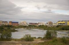 Urengoy novo, YaNAO, ao norte de Rússia 1º de setembro de 2013 Sem nome nomeado lago entre construções modernas Foto de Stock