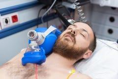 Urgência médica na ambulância Ressuscitação cardiopulmonar usando o saco da máscara da válvula da mão imagem de stock