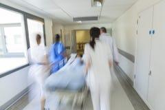 Urgence patiente d'hôpital d'enfant de chariot d'hôpital à civière de tache floue de mouvement photo stock