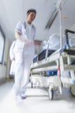 Urgence patiente d'hôpital de chariot d'hôpital à civière de tache floue de mouvement Photos stock