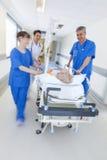 Urgence patiente d'hôpital de chariot d'hôpital à civière de tache floue de mouvement Photographie stock libre de droits