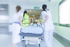 Urgence patiente d'hôpital de chariot d'hôpital à civière de tache floue de mouvement Photographie stock