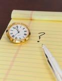 Urgencia en tomar la decisión con el reloj Imagen de archivo libre de regalías