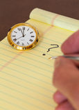 Urgencia en tomar la decisión con el reloj Fotografía de archivo libre de regalías