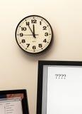 Urgentie in het nemen van besluit met klok Stock Foto
