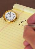 Urgenza nel prendere decisione con l'orologio Fotografia Stock Libera da Diritti