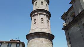 Urgnano, Бергамо, Италия Взгляд колокольни главной церков в центре деревни сток-видео