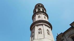 Urgnano, Bergamo, Italia Vista del campanile della chiesa principale nel centro del villaggio stock footage