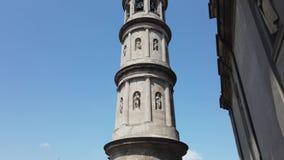 Urgnano, Bergamo, Italien Ansicht des Glockenturms der Hauptkirche in der Mitte des Dorfs stock video