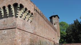 Urgnano, Bergamo, Italien Das mittelalterliche Schloss in der Mitte des Dorfs stock footage